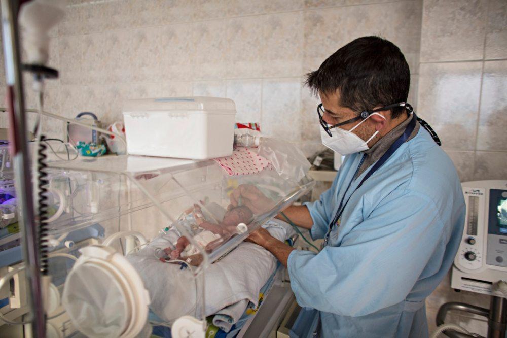 Grupos afines al MAS bloquean la carretera La Paz-Oruro en la zona de Senkata de la ciudad de El Alto. En tramos de otras regiones interceptaron la caravana de camiones que trasladaban oxígeno medicinal, mientras en los hospitales la vida de los neonatos y pacientes corren riesgo.
