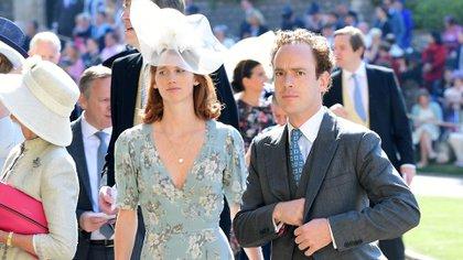 Tom Inskip con su esposa en la boda de Harry y Meghan Markle en 2018. De acuerdo al tabloide The Sun, la pareja no fue invitada a la recepción