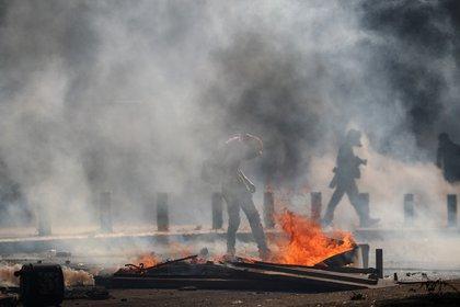 Humo, fuego y caos en las calles de Beirut (REUTERS/Hannah McKay)