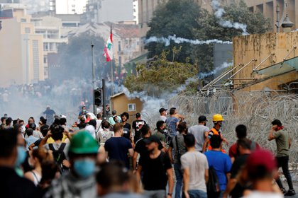 Miles de libaneses se manifiestan tras las explosiones que dejaron más de 150 muertos y 5.000 heridos (REUTERS/Thaier Al-Sudani)