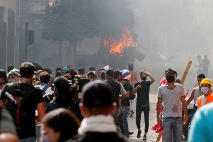 Muchos, con sus rostros tapados, llevaron piedras (REUTERS/Thaier Al-Sudani)