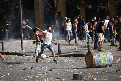 Un manifestante lanza piedras (REUTERS/Hannah McKay)