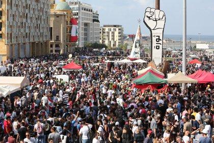 Miles de personas se concentran (EFE/EPA/Nabil Mounzer)