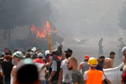 Un vehículo prendido fuego en medio de los disturbios (REUTERS/Thaier Al-Sudani)