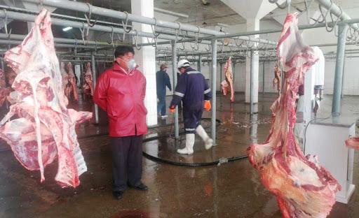 Carniceros piden al Gobierno puente aéreo subvencionado para abastecer a los mercados de La Paz