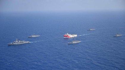 El buque de exploración de hidrocarburos Oruc Reis, escoltado por naves de guerra de la armada turca