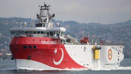 El Oruç Reis cruzando el estrecho del Bósforo (REUTERS/Yoruk Isik/Archivo)