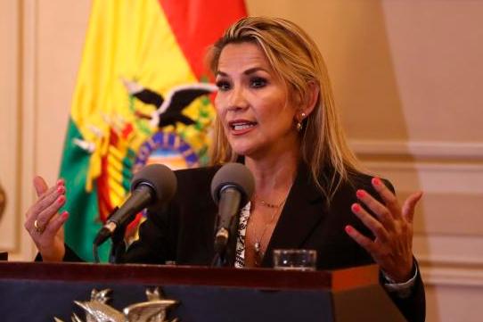 La autoproclamada presidenta de Bolivia firma la ley para convocar ...