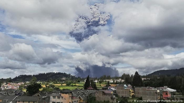 Indonesien Vulkan Sinabung (picture-alliance/AP Photo/S. Nuryono)