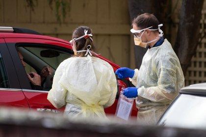Personal de salud hacen pruebas de Covid-19 en Nueva Zelanda