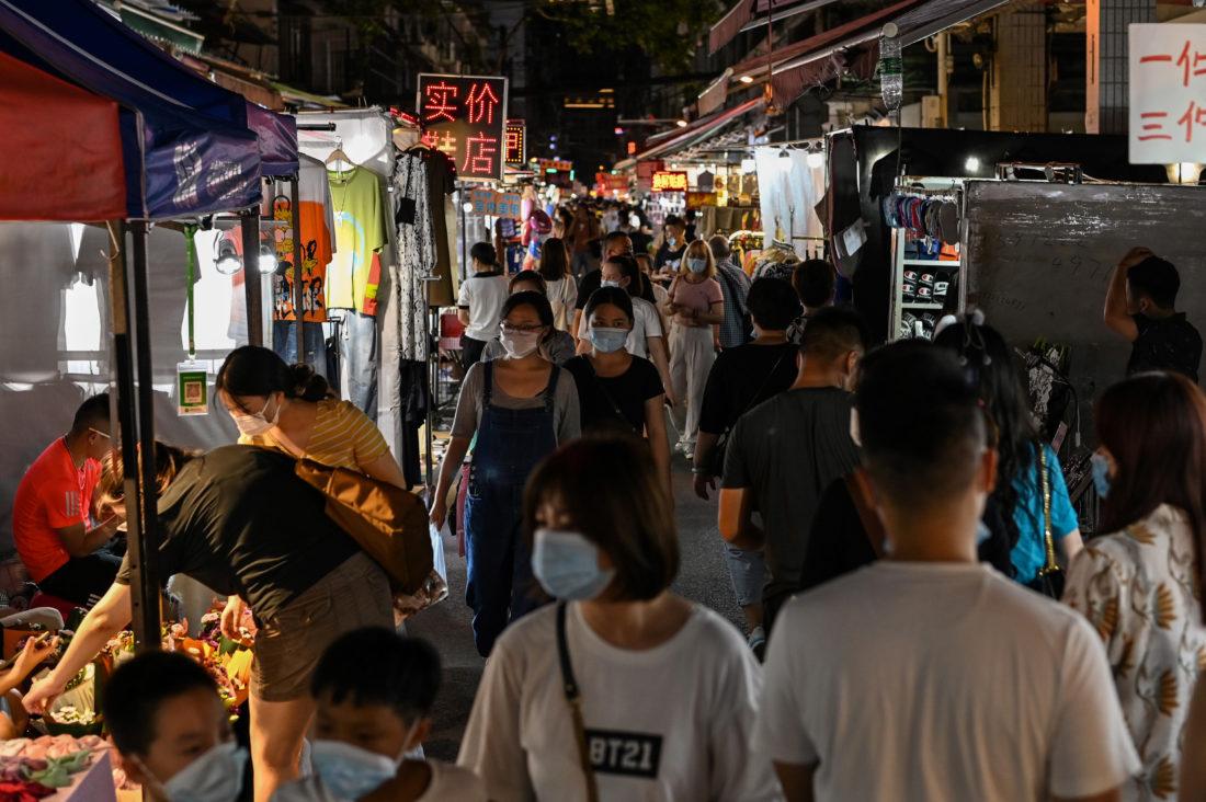 Paseos en un mercado nocturno de Wuhan