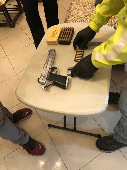 Un arma incautada a Bucaram en su arresto en junio (TWITTER/@FISCALIAECUADOR)