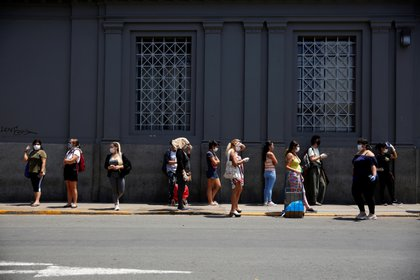 Filas en un banco en Lima (Reuters)
