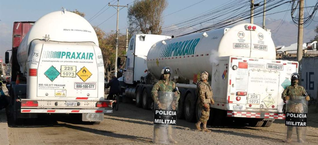 Los cisternas, que partieron hoy de la capital cochabambina, ya atravesaron el municipio de Vacas. Foto: APG Noticias