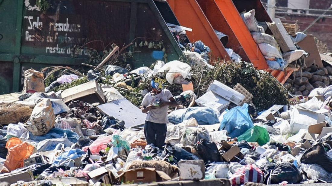 Un niño permanece entre la basura en Cochabamba