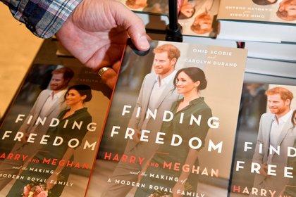 El explosivo libro 'Finding Freedom',una biografía no oficial de los duques de Sussex, Harry y Meghan Markle (Reuters)