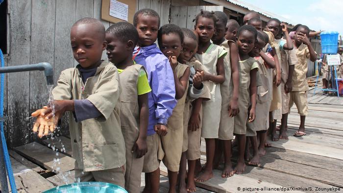 Symbolbilder   Laut UNICEF können Hunderte Millionen Kinder in Schulen nicht Händewaschen (picture-alliance/dpa/XinHua/S. Zounyekpe)