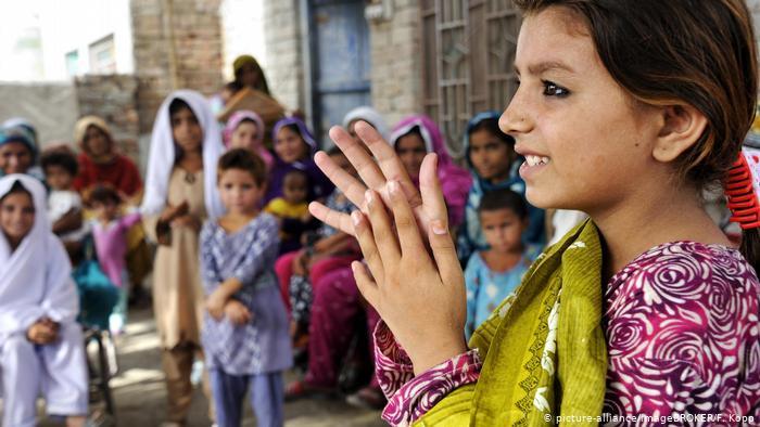 Symbolbilder   Laut UNICEF können Hunderte Millionen Kinder in Schulen nicht Händewaschen (picture-alliance/imageBROKER/F. Kopp)