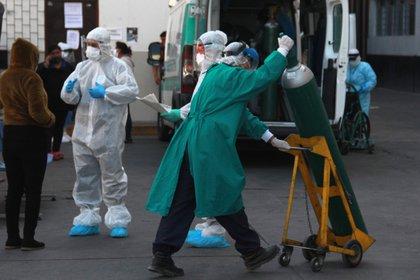 Pacientes son atendidos en las afueras de la zona de emergencia del Hospital Honorio Delgado debido a la falta de espacio, el 21 de julio de 2020 en Arequipa (Perú). EFE/Jorge Esquivel