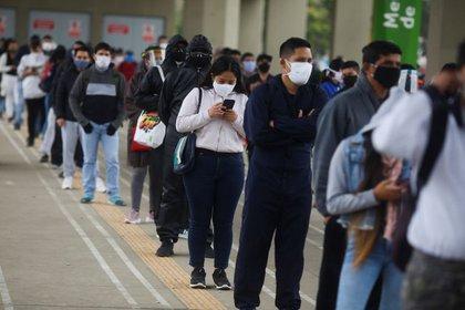 IMAGEN DE ARCHIVO. Personas hacen fila para ingresar a una estación de metro en medio del brote de coronavirus, en Lima, Perú, Julio 1, 2020. REUTERS/Sebastián Castañeda