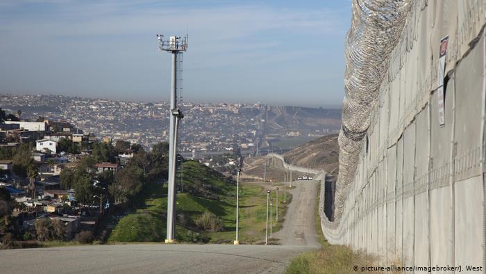 La frontera entre Estados Unidas y México, separada por un muro con cámaras de vigilancia.