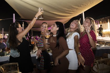 Un grupo de mujeres baila en un restaurante en la playa de Fregene , cerca de Roma (Tiziana FABI / AFP)