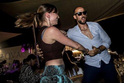 Un hombre y una mujer bailan en una discoteca en Fregene, cerca de Roma (Tiziana FABI / AFP)