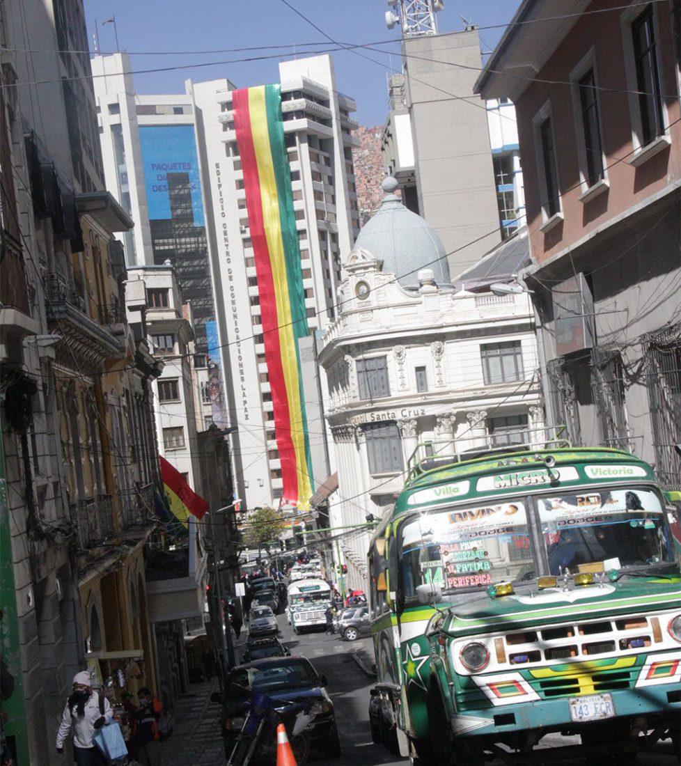 Los edificios públicos y privados enarbolaron la enseña tricolor, en todo el país.