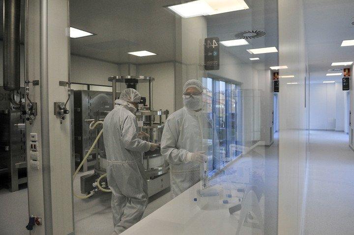"""Preparativos en el laboratorio mAbxience de Garín, que producirá la """"sustancia activa"""" de la vacuna. Foto: Maxi Failla"""