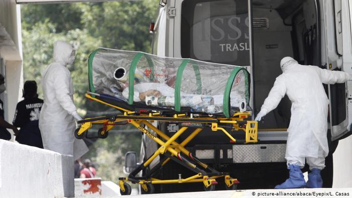 Transporte de un paciente de COVID-19 en Ciudad de México. Imagen del 16 de junio de 2020