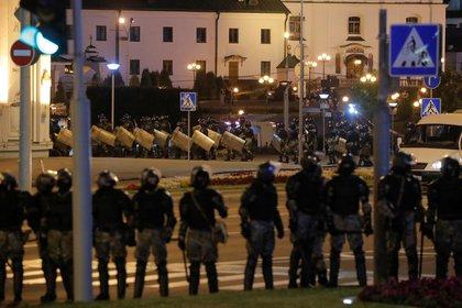 Las fuerzas de seguridad reprimieron a los manifestantes tras las polémicas elecciones (REUTERS/Vasily Fedosenko)