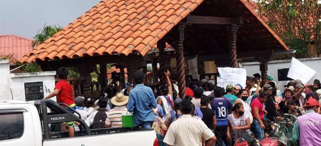 Gremiales y gendarmes enfrentandos en Ascensión/Foto: Désther Ágreda