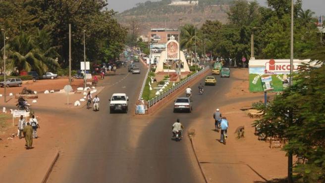 Situación muy similar a la de Níger, país con el que comparte frontera. La ciudad ha crecido mucho en los últimos años, lo que ha provocado que se formen grandes bolsas de pobreza. La seguridad también está en entredicho y se han producido varios atentados recientemente.