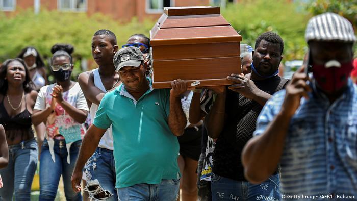 Familiares de los jóvenes asesinados en Cali cargan el féretro de una de las víctimas mortales.