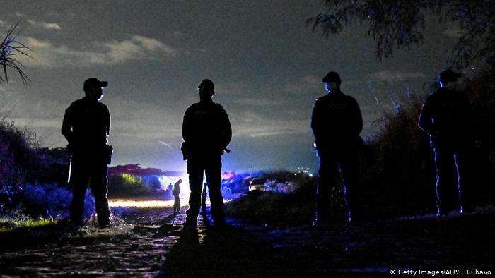 Policías aseguran el área donde fueron encontrados los cuerpos de los cinco adolescentes asesinados en Cali.