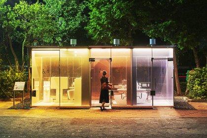 El diseño de Sigeru Ban para baños transparentes ya se inauguró en Tokio. (Satoshi Nagare/tokyotoilet.jp)
