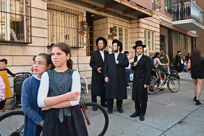 El barrio judío ortodoxo de Borough Park de Brooklyn se vio fuertemente afectado por el coronavirus, con miles de casos y cientos de muertes en abril. (Angela Weiss / AFP)