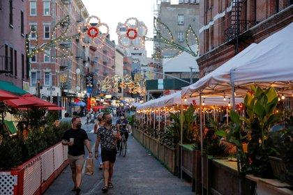 La gente camina por las terrazas al aire libre de los restaurantes en Manhattan, Nueva York (REUTERS / Andrew Kelly)