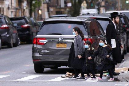 Borough Park en Brooklyn, Nueva York, a fines de abril. Menos del 1 por ciento de las personas que se hicieron las pruebas en las clínicas del vecindario en Brooklyn durante las últimas ocho semanas han tenido el virus. (REUTERS/Caitlin Ochs)