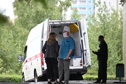 Una ambulancia en el Hospital de Urgencias Nº 1 de Omsk donde Navalny fue ingresado con un cuadro de envenenamiento (REUTERS/Alexey Malgavko)