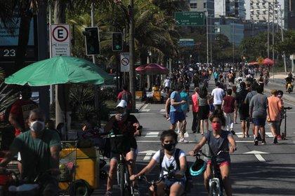 Gente en bicicleta y caminando cerca de las playas de Leblon, en Rio de Janeiro (9 de agosto de 2020) (REUTERS/Ian Cheibub)