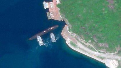 Imagen satelital de la Base Naval Yulin de la isla de Hainan. En ella puede verse un submarino nuclear ingresando en un túnel subterráneo (Planet Labs/CNN)