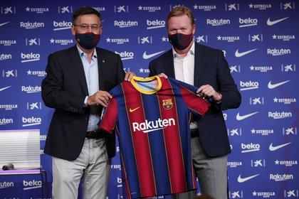 Ronald Koeman y Josep Maria Bartomeu delinean el nuevo Barcelona (REUTERS/Albert Gea)