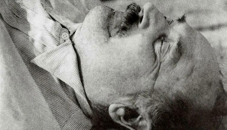 Estaba internado cuando la enfermera lo encontró con los ojos abiertos y el brazo derecho colgando fuera de la cama. La sábana, retorcida, dejaba sus pies al descubierto. Pies mutilados. Un solo dedo en el derecho y cuatro en el izquierdo. Estaba muerto