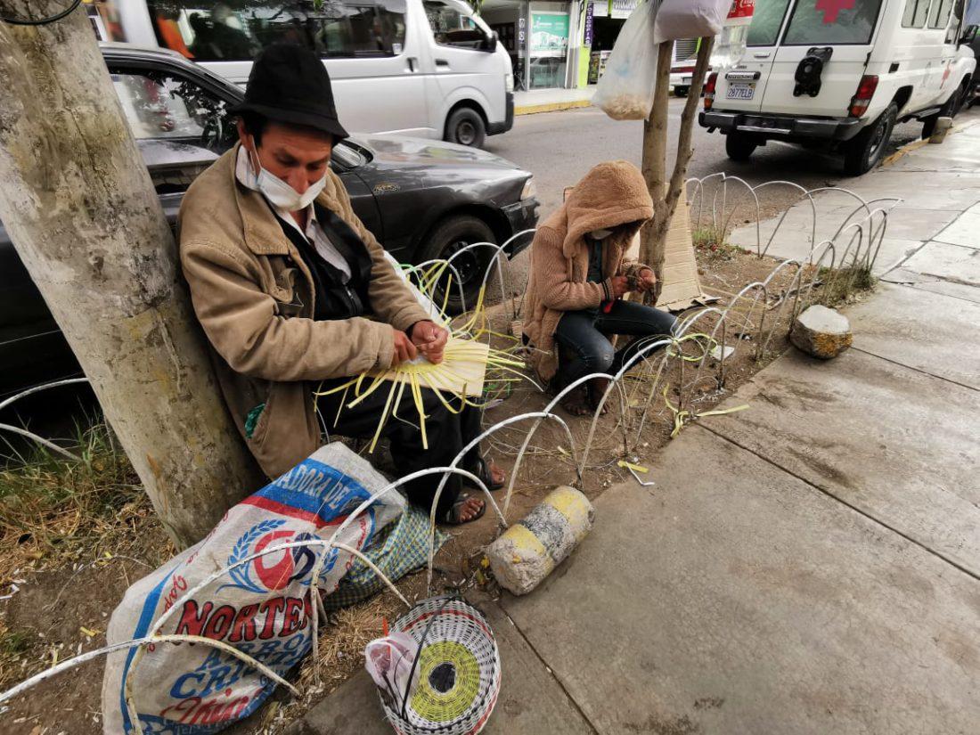 Pedro Cardozo elabora canastas en puertas del Viedma. FOTO: Mariela Cossío