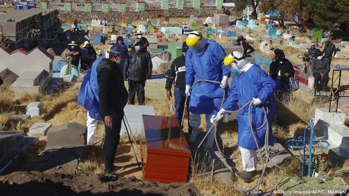 Sepultura de víctimas del coronavirus en Acora, Perú. (9.08.2020).