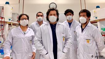 Edward Málaga (al medio), neurobiólogo de la Universidad Cayetano Heredia que desarrolló pruebas molecular locales, junto a su equipo.