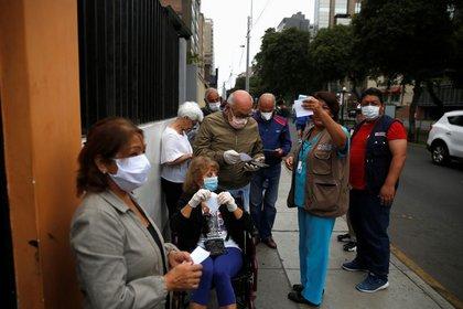 Foto de archivo. Pacientes de edad avanzada hacen fila afuera de un centro de salud. Foto: REUTERS / Sebastian Castaneda
