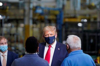 El presidente de Estados Unidos, Donald Trump, usa una máscara facial protectora debido a la pandemia de COVID-19 mientras habla con los trabajadores mientras recorre una fábrica de lavadoras de Whirlpool Corporation. 6 de agosto de 2020.. REUTERS/Joshua Roberts