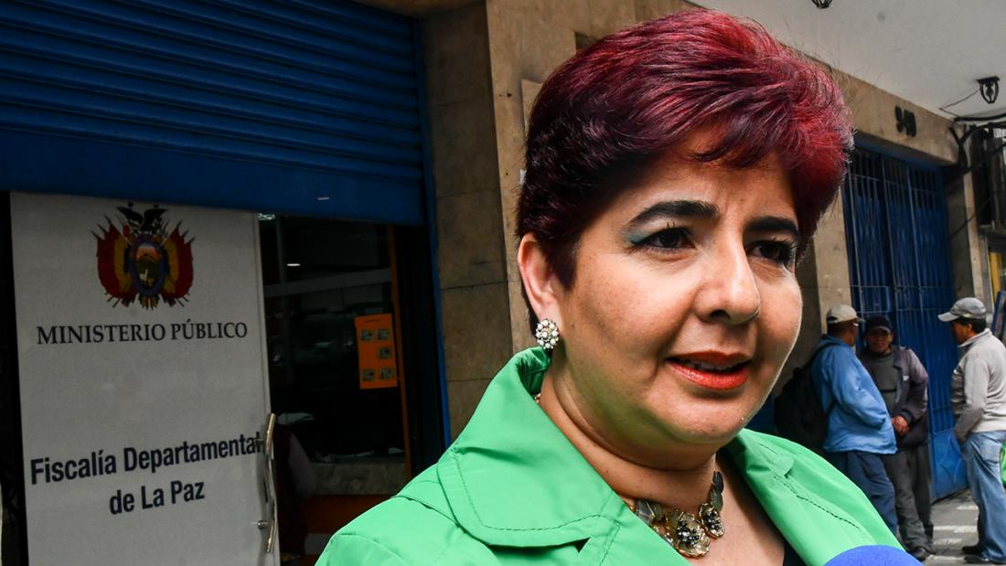 Paola Barriga, brinda declaraciones a la prensa. APG